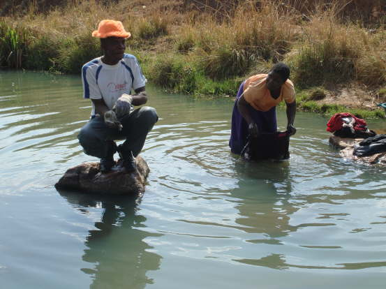 db_Momarelli_gives_us_a_tour__look__locals_washing_in_the_river_1031