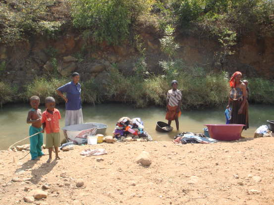 db_More_locals_washing_in_the_river_1061